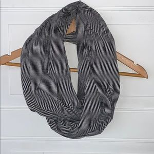 Daytrip infinity scarf black white striped